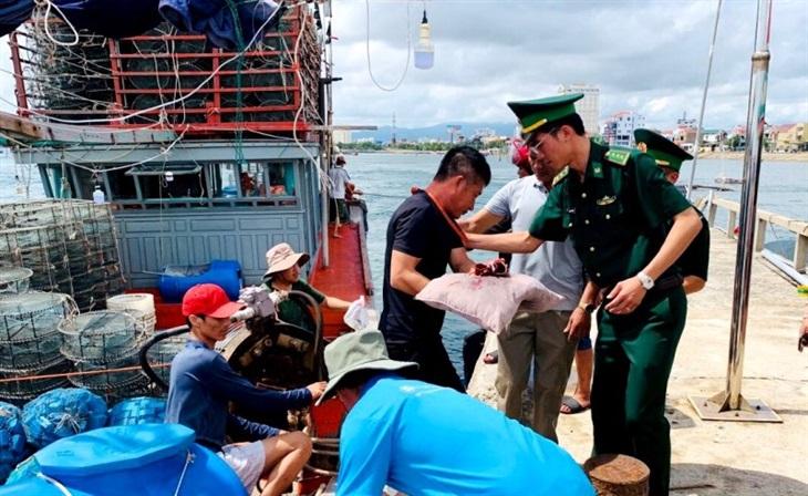 Cứu thuyền viên bị nạn trên biển