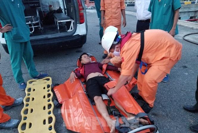 Cấp cứu ngư dân bị bệnh trong khi đánh bắt trên vùng biển Hoàng Sa
