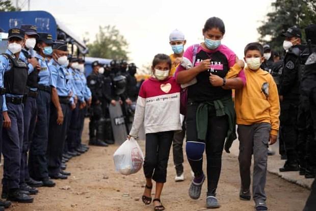 Hàng nghìn người di cư Honduras tràn qua biên giới Guatemala