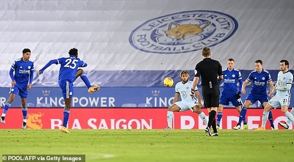 Leicester City vươn lên vị trí số 1