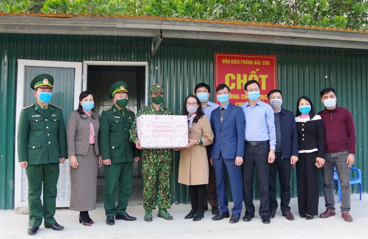 Đoàn công tác Ủy ban Dân tộc thăm, tặng quà cán bộ, chiến sĩ và người nghèo tại Móng Cái