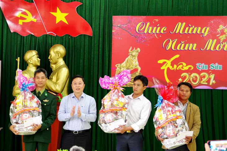 Chủ tịch UBND tỉnh Quảng Nam thăm, chúc Tết quân và dân biên giới huyện Nam Giang