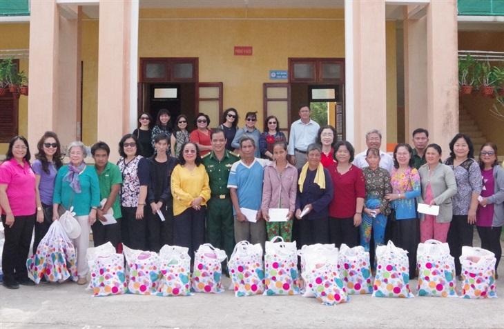 Tặng 100 suất quà cho người nghèo, gia đình chính sách trên khu vực biên giới biển tỉnh Trà Vinh