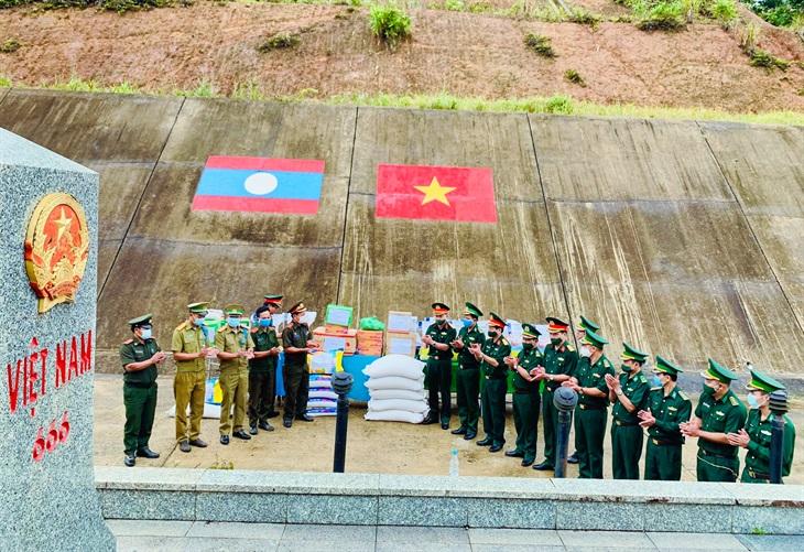Trao tặng lương thực và vật tư y tế cho lực lượng vũ trang tỉnh Sê Kông, Lào