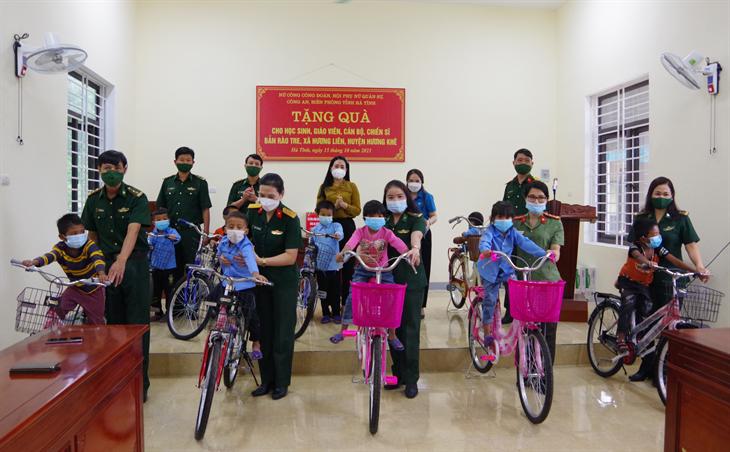 Trao tặng xe đạp cho học sinh dân tộc Chứt bản Rào Tre