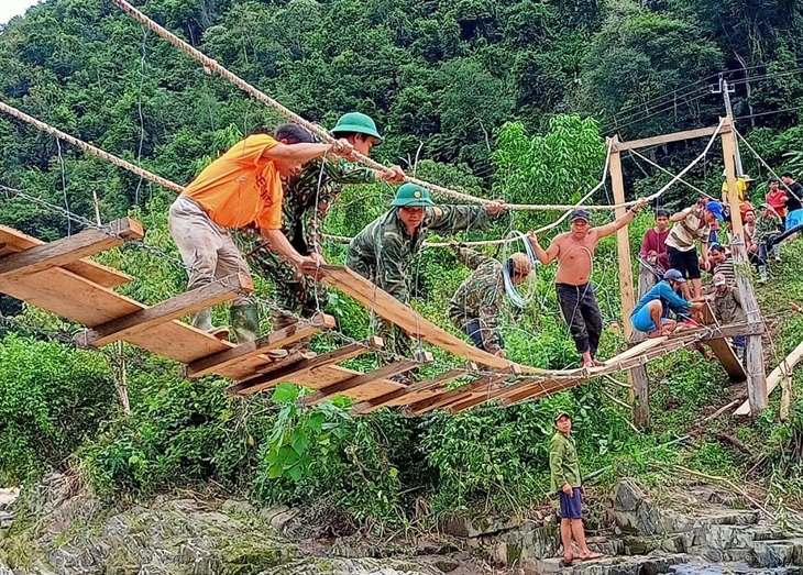 Giúp dân khắc phục hậu quả mưa lũ