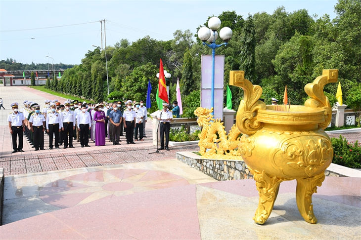 Dâng hương kỷ niệm 60 năm Ngày mở Đường Hồ Chí Minh trên biển