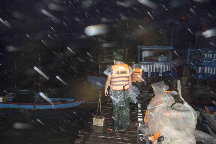 Miền Trung mưa lớn, nước dâng cao, sơ tán hàng nghìn dân ra khỏi vùng nguy hiểm