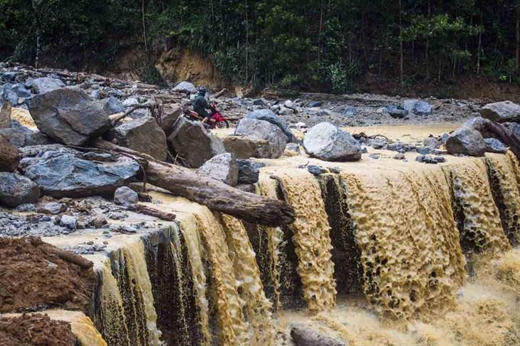 Sạt lở núi, nhiều khu dân cư vùng cao ở Quảng Nam và Quảng Ngãi bị cô lập