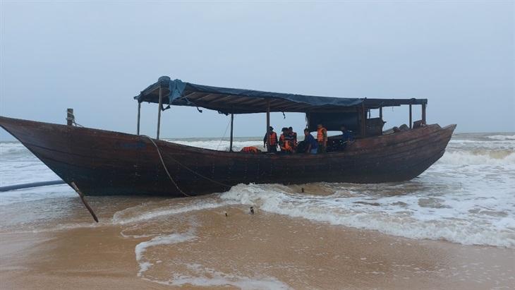 Quảng Trị: Tàu lạ số hiệu Trung Quốc trôi dạt vào bãi biển xã Triệu Vân