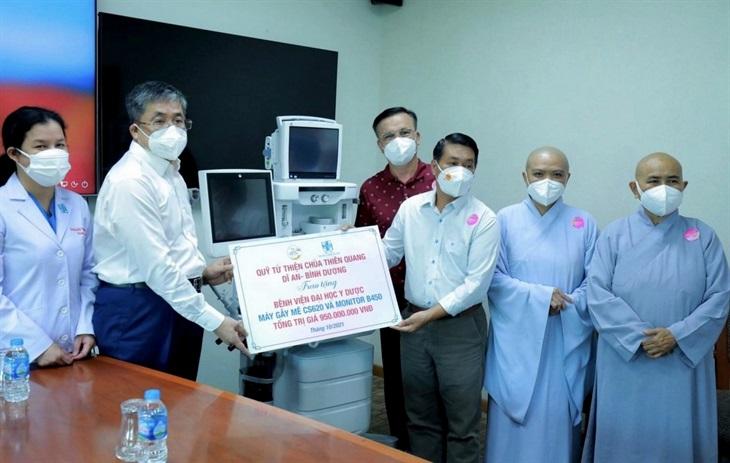 Trao tặng thiết bị y tế cho bệnh viện điều trị bệnh nhân Covid-19