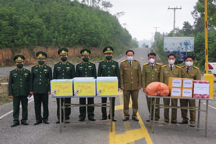 Lực lượng vũ trang tỉnh Hủa Phăn thăm, chúc Tết BĐBP Nghệ An