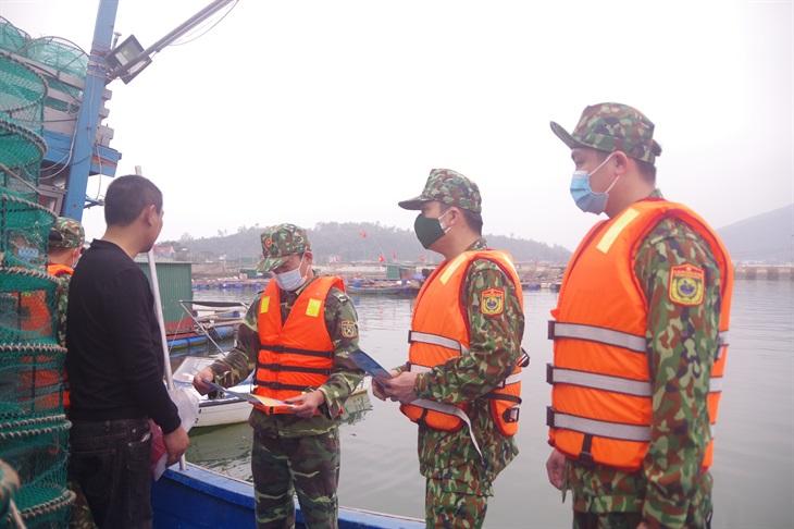Phát 1.000 tờ rơi tuyên truyền, phổ biến pháp luật cho ngư dân