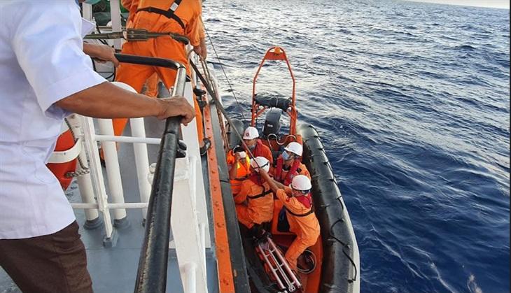 Cứu thành công thuyền viên bị nạn trên biển