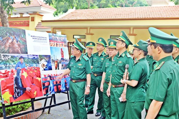 Trưng bày ảnh nghệ thuật Tự hào một dải biên cương tại Bộ Tư lệnh BĐBP