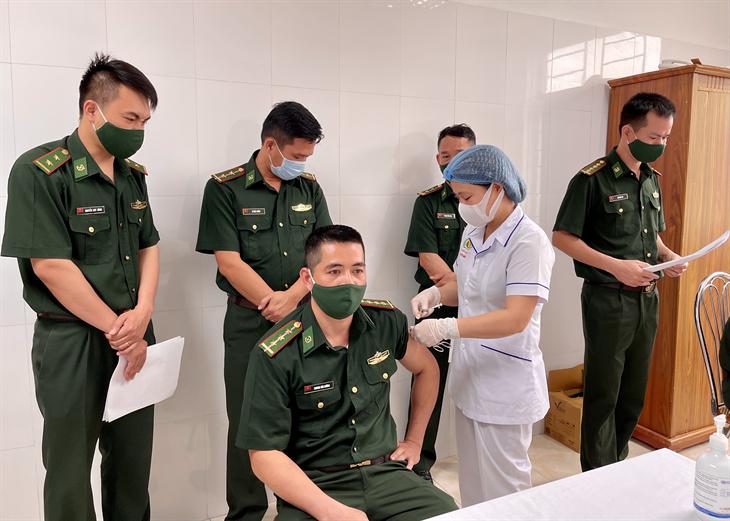 Tiêm vắc xin phòng Covid-19 cho lực lượng tham gia Chương trình Giao lưu hữu nghị Quốc phòng biên giới Việt Nam -Trung Quốc lần thứ 6