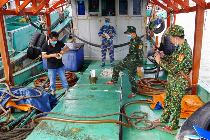 Bắt giữ tàu cá chở số lượng lớn dầu không rõ nguồn gốc