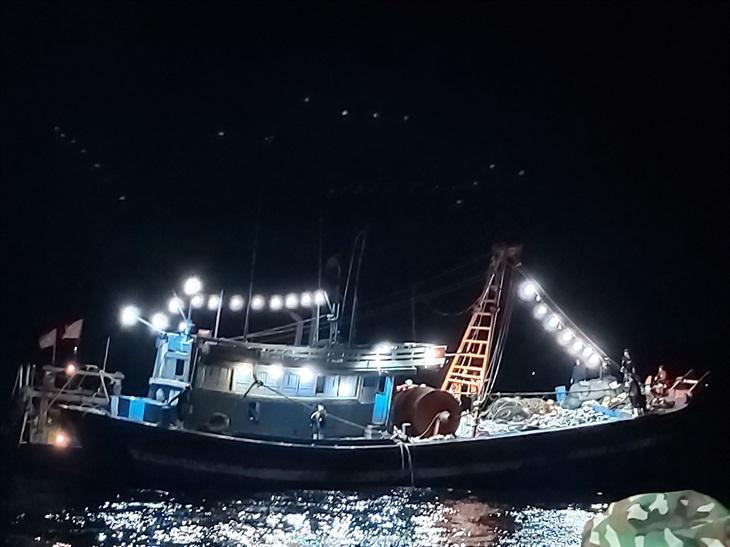 Hà Tĩnh: Bắt 2 tàu cá đánh bắt sai vùng quy định