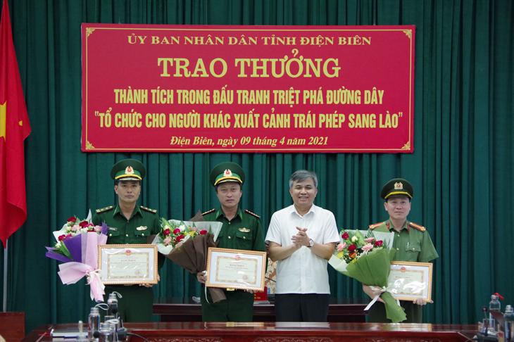 UBND tỉnh Điện Biên trao thưởng thành tích trong đấu tranh triệt phá đường dây tổ chức cho người khác xuất cảnh trái phép