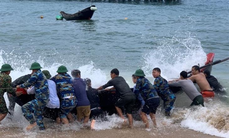Kịp thời ứng cứu vợ chồng ngư dân gặp nạn trên biển