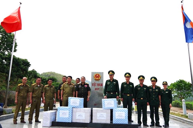 BĐBP Sơn La gặp gỡ, trao đổi tình hình và tặng quà lực lượng bảo vệ biên giới tỉnh Hủa Phăn, Lào