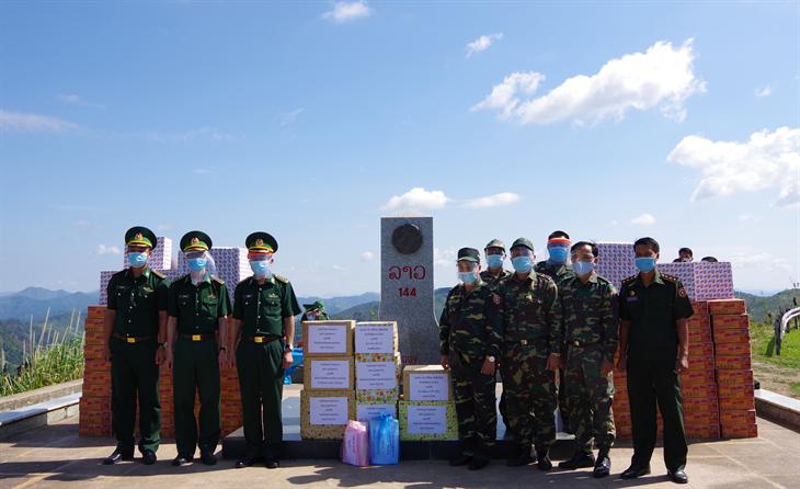 BĐBP Điện Biên trao tặng vật chất phòng, chống dịch Covid-19 cho lực lượng bảo vệ biên giới Lào