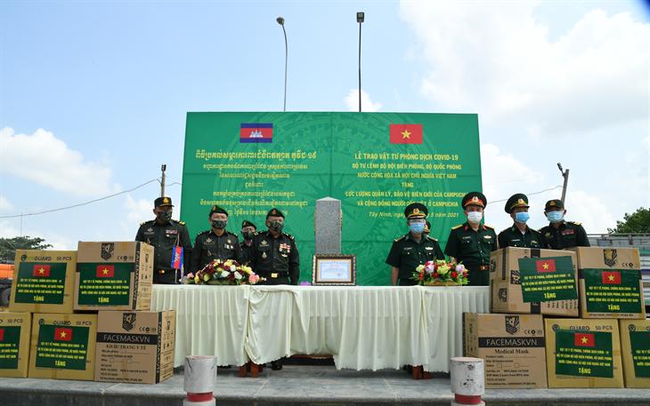 Bộ Tư lệnh BĐBP hỗ trợ vật tư phòng, chống dịch Covid-19 cho lực lượng vũ trang Campuchia