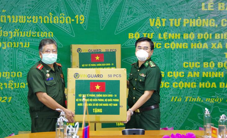 Bộ Tư lệnh BĐBP Việt Nam hỗ trợ vật tư y tế phòng, chống dịch Covid-19 cho lực lượng bảo vệ biên giới Lào