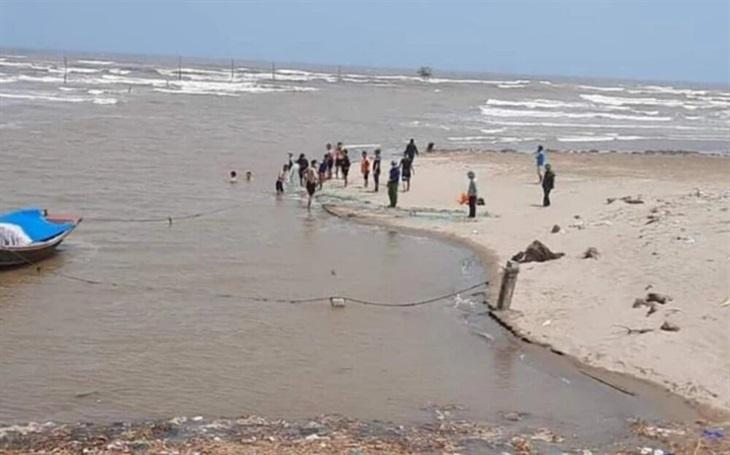 Khẩn trương tìm kiếm 3 nữ sinh bị sóng biển cuốn trôi