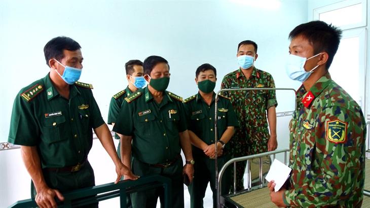 Thăm hỏi chiến sĩ bị sét đánh bất tỉnh khi đang thực hiện nhiệm vụ trên chốt chống dịch Covid-19