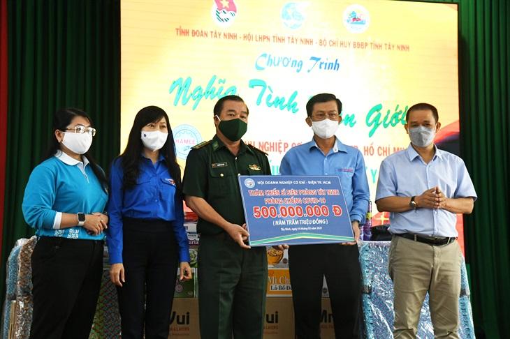 BĐBP Tây Ninh tiếp nhận nhu yếu phẩm, vật tư y tế phòng, chống dịch Covid-19 trị giá 500 triệu đồng