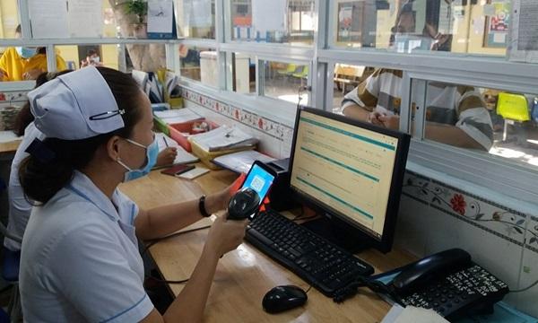Người dân Thủ Đức dùng ứng dụng VssID đi khám, chữa bệnh bảo hiểm y tế
