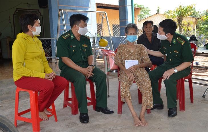 Thăm, tặng quà nhân dân và cán bộ, chiến sĩ ở khu vực biên giới tỉnh Đắk Lắk