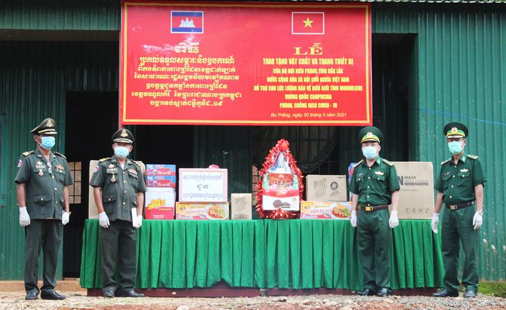 BĐBP Đắk Lắk trao tặng nhu yếu phẩm và vật tư y tế phòng, chống dịch Covid-19 cho lực lượng bảo vệ biên giới Campuchia