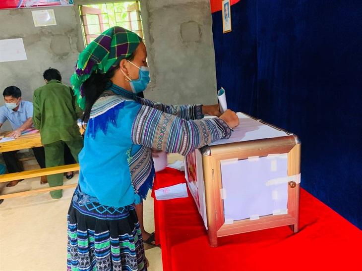 Lào Cai:Đồng bào vùng cao Bắc Hà phấn khởi bỏ phiếu thực hiện quyền lợi và nghĩa vụ công dân