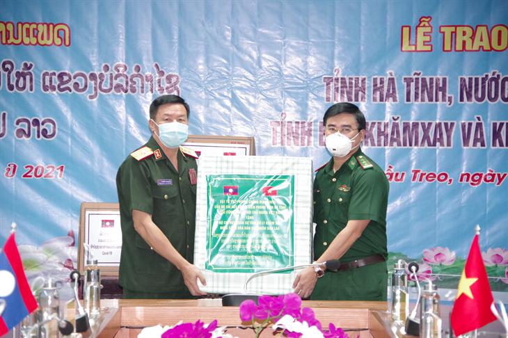 BĐBP Hà Tĩnh trao tặng vật tư y tế phòng, chống dịch Covid-19 cho lực lượng vũ trang hai tỉnh của Lào