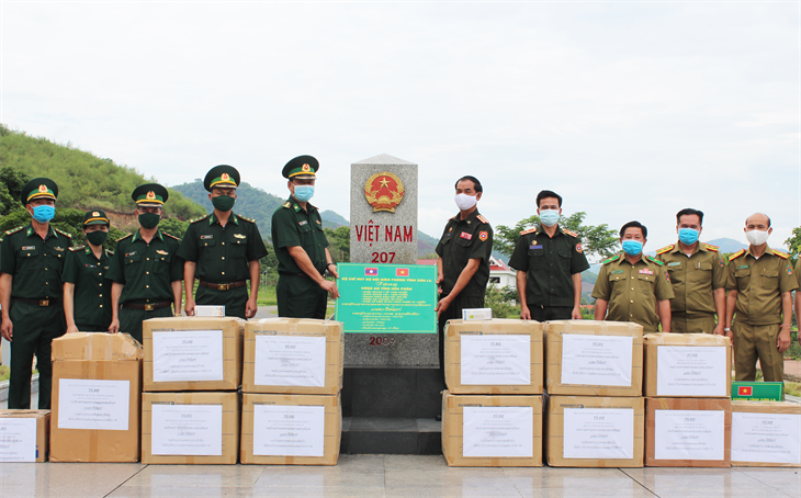 Trao tặng vật tư y tế phòng, chống dịch Covid-19 cho Bộ Chỉ huy Quân sự và Công an tỉnh Hủa Phăn, Lào