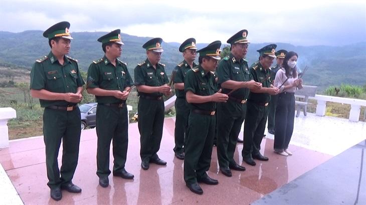 Thiếu tướng Lê Quang Đạo dâng hương tại Bia ghi danh Đại đội An ninh vũ trang Phú Yên