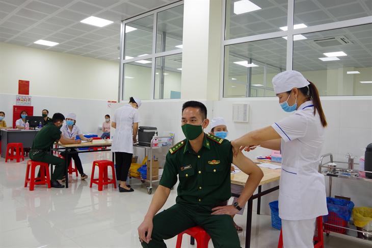 Cán bộ, chiến sĩ BĐBP tỉnh Sơn La được tiêm vaccine ngừa Covid-19