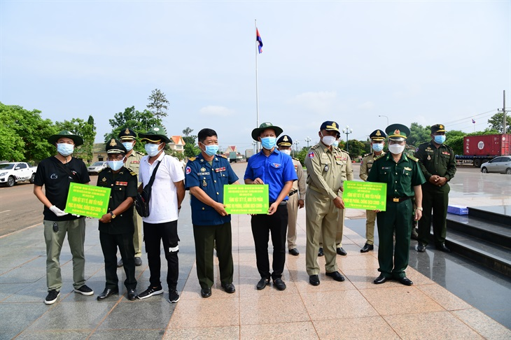 Trao tặng vật chất phòng, chống dịch Covid-19 cho lực lượng vũ trang tỉnh Kratie, Campuchia