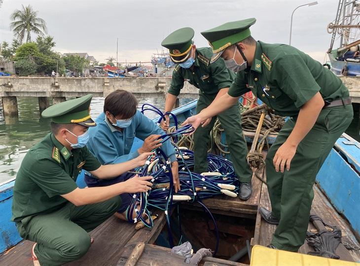 Tạm giữ tàu cá tàng trữ công cụ kích điện để khai thác thủy sản