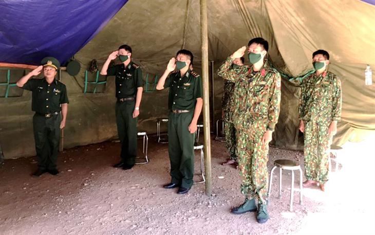 Kết nạp đảng viên mới tại chốt phòng, chống dịch Covid-19