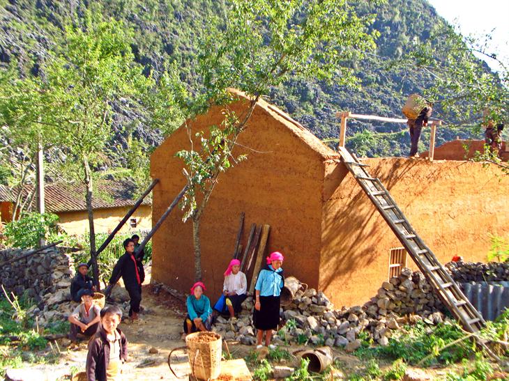 Mùa xây tổ ấm của người Mông trên cao nguyên đá