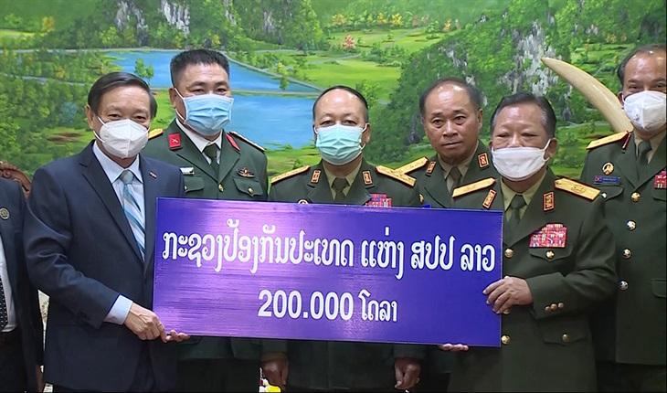 Bộ Quốc phòng Lào ủng hộ 200 nghìn USD cho Quỹ vaccine phòng, chống Covid-19 của Việt Nam