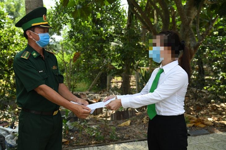 BĐBP Tây Ninh thưởng nóng cho nữ tài xế taxi về hành động dũng cảm tố giác tội phạm