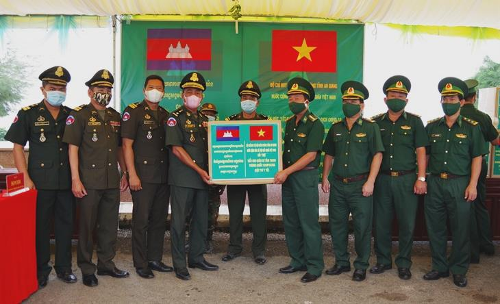 Gần 2 tỷ đồng trao tặng các lực lượng bảo vệ biên giới giới Campuchia phục vụ công tác phòng, chống dịch Covid-19