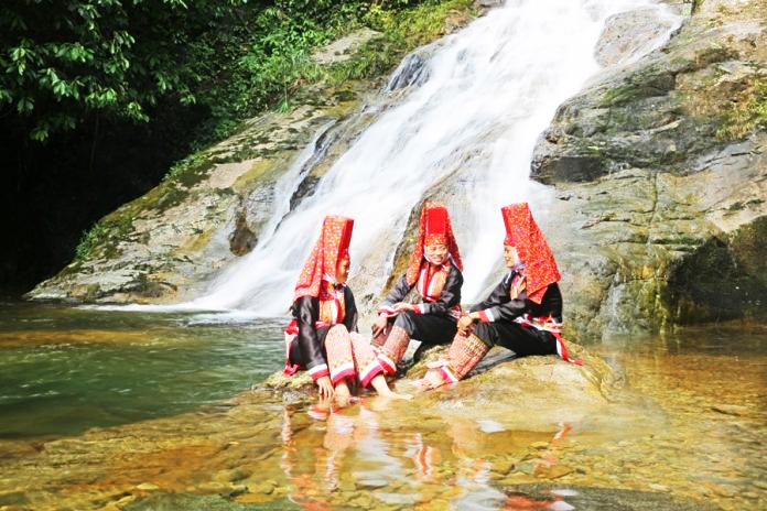 Sắc đỏ trên trang phục người Dao Thanh Phán ở Bình Liêu