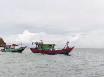 BĐBP thông báo, hướng dẫn cho hơn 54.000 tàu cá vòng tránh áp thấp nhiệt đới