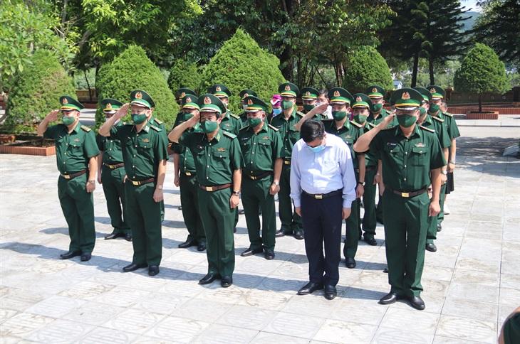 Dâng hương tưởng niệm các anh hùng, liệt sĩ Pò Hèn