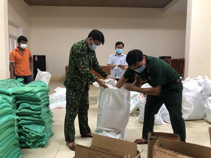 Quảng Bình: Hỗ trợ nhu yếu phẩm cho đồng bào đặc biệt khó khăn trong khu vực bị phong tỏa